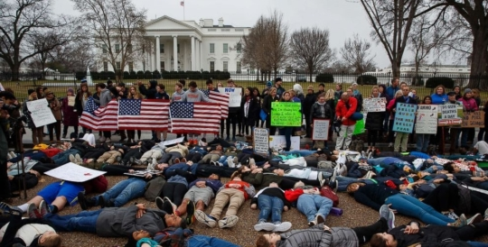 gun-control-protest-white-house-01-ap-mt-180219_3x2_992.jpg
